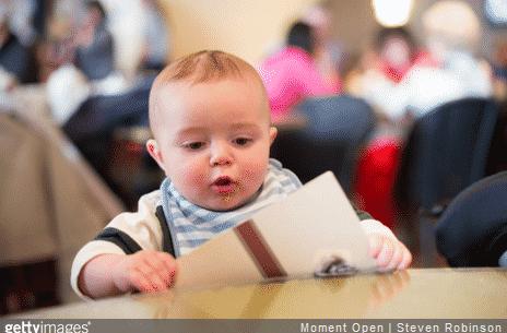 Nos conseils pour réussir sa première sortie au restaurant ou au cinéma avec bébé.