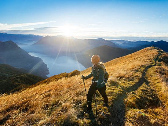 trekking-sport-paysage-montagne-femme-materiel-batons-sac-a-dos