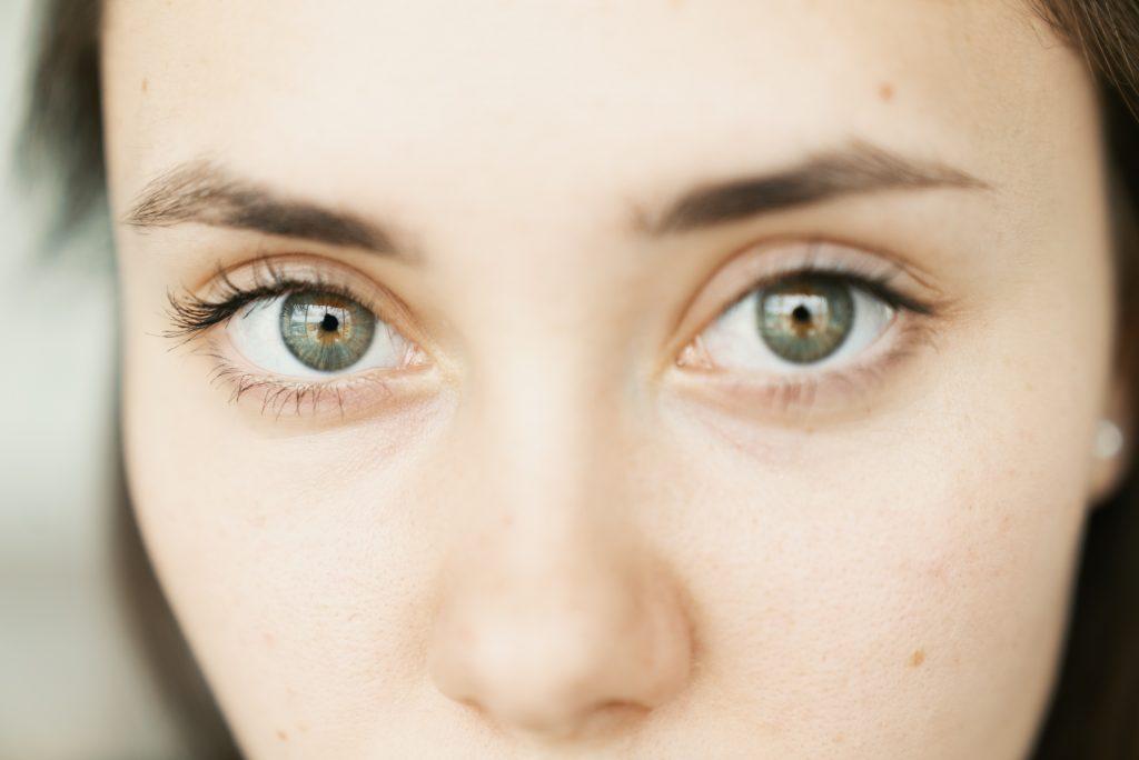 Poussière, corps étranger, brûlure : comment protéger ses yeux ?