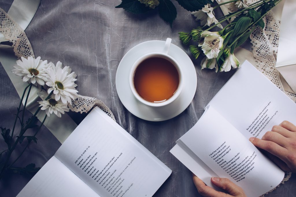 Livre et tasse de thé