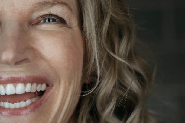 Gros plan sur le visage d'une femme qui sourie