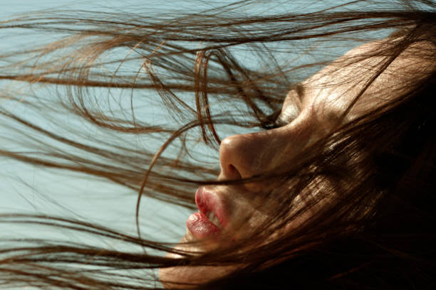 Gros plan sur la chevelure d'une femme brune