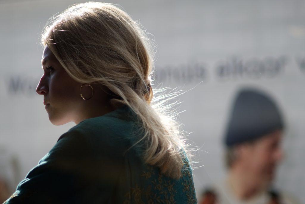 Femme au visage fermé, de profil
