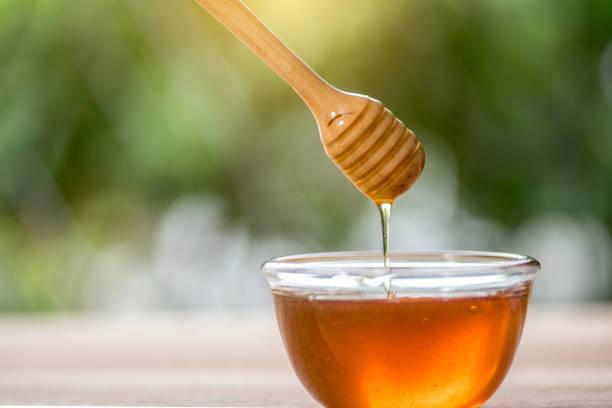 Pot de miel en verre avec cuillère en bois