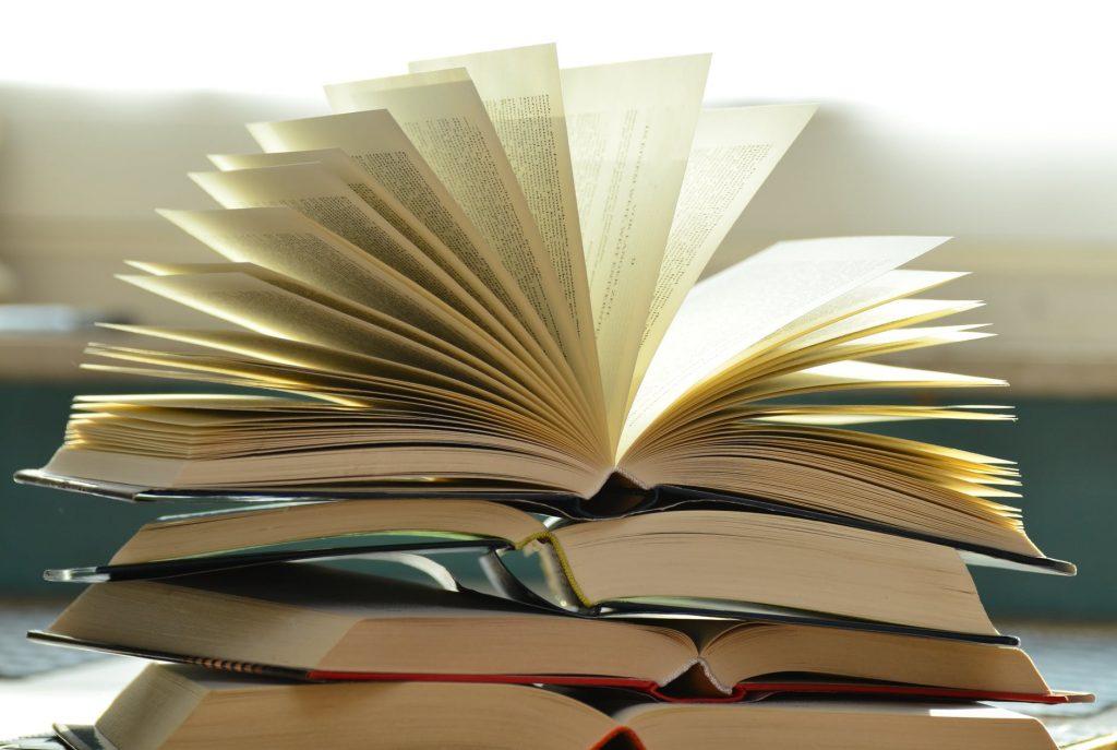 Pile de livres ouverts pour la lecture