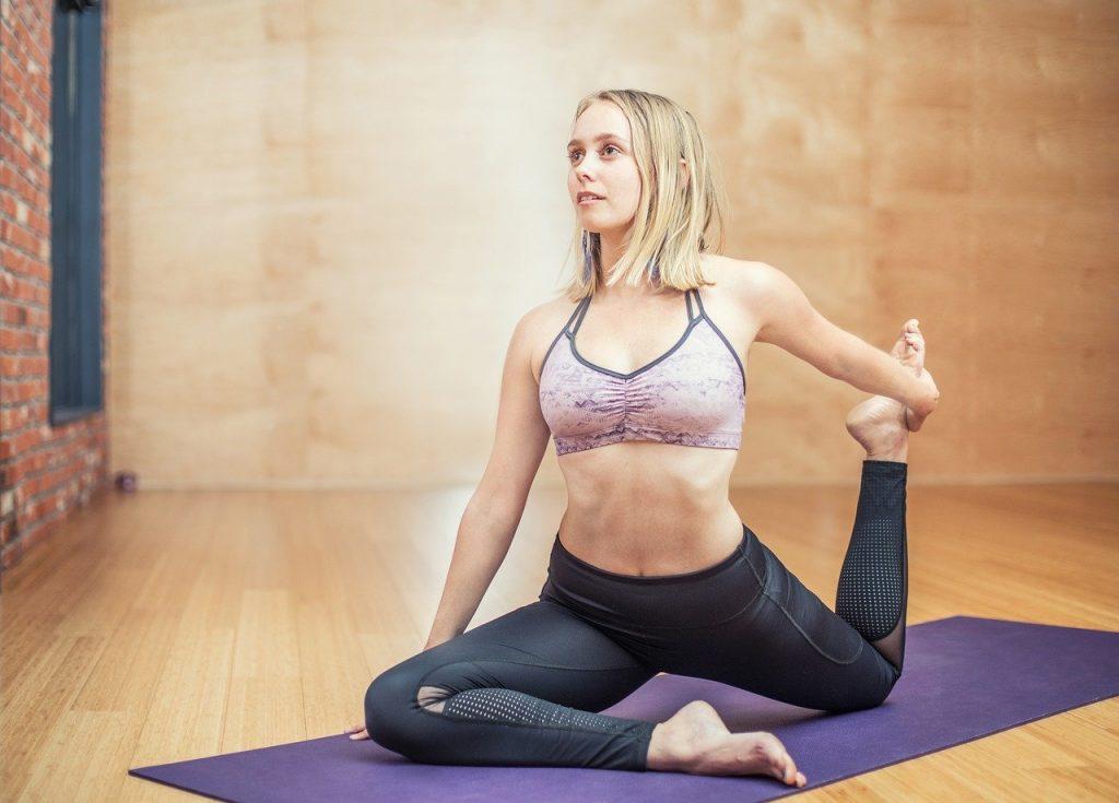 jeune femme en train de pratiquer du yoga