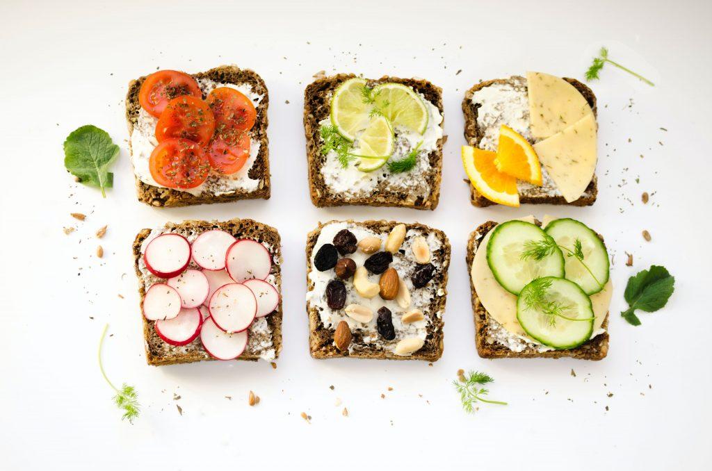Tartines healthy avec des aliments riches en omega 3