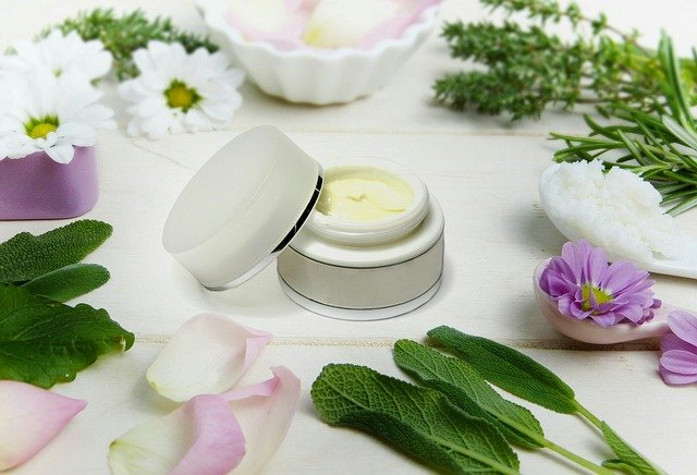 crème de nuit sur une table et fleur